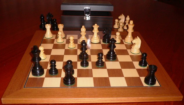 No A303EW Combo. Ebony Chess Set with Board and Chest